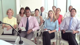 Επιχειρησιακοί εκπρόσωποι που ακούνε την παρουσίαση στη διάσκεψη φιλμ μικρού μήκους