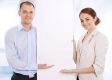 επιχειρησιακοί συνάδελφοι εμβλημάτων που παρουσιάζουν το λευκό δύο Στοκ Εικόνες