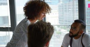 Επιχειρησιακοί συνάδελφοι που αλληλεπιδρούν ο ένας με τον άλλον στη συνεδρίαση 4k απόθεμα βίντεο