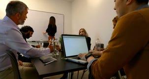 Επιχειρησιακοί συνάδελφοι που αλληλεπιδρούν ο ένας με τον άλλον στη αίθουσα συνδιαλέξεων 4k απόθεμα βίντεο