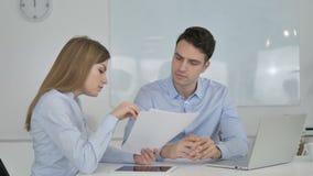 Επιχειρησιακοί συνάδελφοι που εργάζονται στα έγγραφα στην αρχή, γραφική εργασία φιλμ μικρού μήκους