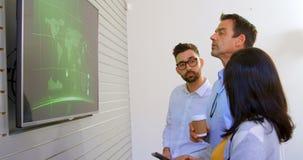 Επιχειρησιακοί συνάδελφοι που συζητούν πέρα από την οθόνη LCD 4k φιλμ μικρού μήκους