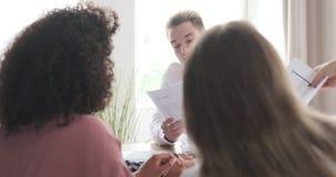 Επιχειρησιακοί συνάδελφοι που συζητούν πέρα από την οικονομική έκθεση απόθεμα βίντεο