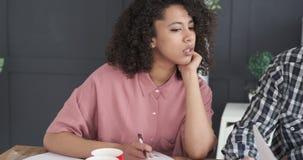 Επιχειρησιακοί συνάδελφοι που συζητούν πέρα από το οικονομικό έγγραφο φιλμ μικρού μήκους