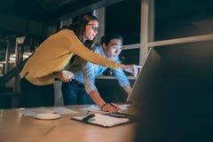 Επιχειρησιακοί συνάδελφοι που συζητούν την επιχειρησιακή εργασία αργά στην αρχή στοκ φωτογραφίες