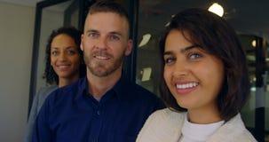 Επιχειρησιακοί συνάδελφοι που χαμογελούν στο γραφείο 4k απόθεμα βίντεο