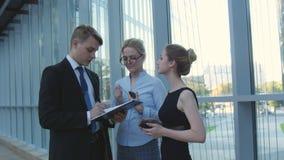 Επιχειρησιακοί συνάδελφοι συνεδρίασης στο διάδρομο γραφείων απόθεμα βίντεο