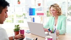 Επιχειρησιακοί συνάδελφοι που εργάζονται στο lap-top και την ταμπλέτα φιλμ μικρού μήκους