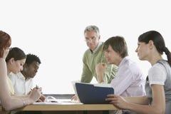 Επιχειρησιακοί συνάδελφοι στη συνεδρίαση στοκ εικόνες με δικαίωμα ελεύθερης χρήσης
