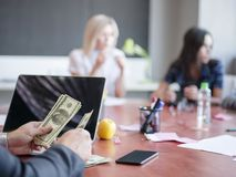Επιχειρησιακοί σύμβουλοι εργαζόμενος σε μια ομάδα Μια ομάδα νέων εργαζομένων σε μια συνεδρίαση στη αίθουσα συνδιαλέξεων επιχείρησ Στοκ Εικόνα