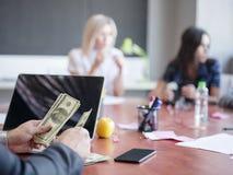 Επιχειρησιακοί σύμβουλοι που εργάζονται σε μια ομάδα Μια ομάδα νέων εργαζομένων σε μια συνεδρίαση στη αίθουσα συνδιαλέξεων επιχεί Στοκ Εικόνα