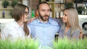 Επιχειρησιακοί φίλοι συναδέλφων πορτρέτου ευτυχείς νέοι που χαμογελούν και που μιλούν έχοντας τον καλό χρόνο απόθεμα βίντεο