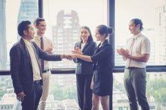 Επιχειρησιακοί χειραψία και επιχειρηματίες στοκ εικόνα