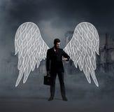 Επιχειρησιακός άγγελος με μια βαλίτσα στις καταστροφές πόλεων Στοκ εικόνες με δικαίωμα ελεύθερης χρήσης