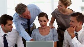 Επιχειρησιακός άνδρας και επιχειρησιακή γυναίκα γύρω από ένα lap-top φιλμ μικρού μήκους