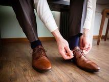 Επιχειρησιακός άτομο ή νεόνυμφος που ντύνει επάνω με τα κλασικά κομψά παπούτσια Στοκ εικόνα με δικαίωμα ελεύθερης χρήσης