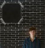 Επιχειρησιακός άτομο, σπουδαστής ή δάσκαλος στο υπόβαθρο πινάκων πινάκων ανακοινώσεων τουβλότοιχος Στοκ εικόνες με δικαίωμα ελεύθερης χρήσης