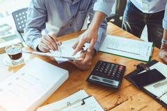 Επιχειρησιακός ανώτερος υπάλληλος ομαδικής εργασίας που απασχολείται σκληρά να επενδύσει το οικονομικό repor Στοκ Εικόνα