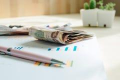 Επιχειρησιακός εξοπλισμός με τη μάνδρα και χρήματα που τοποθετούνται στις πληροφορίες pape Στοκ Φωτογραφίες