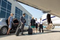 Επιχειρησιακός επαγγελματίας για να επιβιβαστεί περίπου στο ιδιωτικό αεριωθούμενο αεροπλάνο Στοκ εικόνες με δικαίωμα ελεύθερης χρήσης