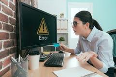 Επιχειρησιακός εργαζόμενη γυναίκα που εξετάζει τις πληροφορίες λάθους Στοκ Εικόνες