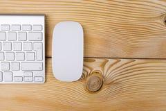 Επιχειρησιακός εργασιακός χώρος με τον υπολογιστή, το ασύρματα πληκτρολόγιο και το ποντίκι στο παλαιό μπλε ξύλινο επιτραπέζιο υπό Στοκ εικόνες με δικαίωμα ελεύθερης χρήσης