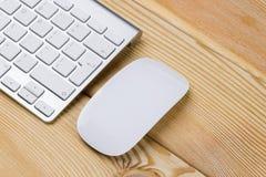 Επιχειρησιακός εργασιακός χώρος με το ασύρματο πληκτρολόγιο και ποντίκι στο παλαιό φυσικό ξύλινο επιτραπέζιο υπόβαθρο Γραφείο γρα Στοκ φωτογραφίες με δικαίωμα ελεύθερης χρήσης