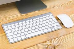 Επιχειρησιακός εργασιακός χώρος με το ασύρματο πληκτρολόγιο στο παλαιό φυσικό ξύλινο επιτραπέζιο υπόβαθρο Γραφείο γραφείων με το  Στοκ Εικόνες