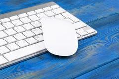 Επιχειρησιακός εργασιακός χώρος με το ασύρματο πληκτρολόγιο στο παλαιό μπλε ξύλινο επιτραπέζιο υπόβαθρο Γραφείο γραφείων με το δι Στοκ Εικόνα