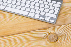 Επιχειρησιακός εργασιακός χώρος με το ασύρματο πληκτρολόγιο στο παλαιό φυσικό ξύλινο επιτραπέζιο υπόβαθρο Γραφείο γραφείων με το  Στοκ φωτογραφία με δικαίωμα ελεύθερης χρήσης