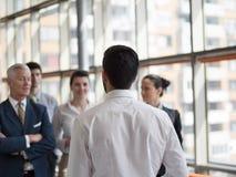 Επιχειρησιακός ηγέτης που παρουσιάζει και το 'brainstorming' Στοκ εικόνα με δικαίωμα ελεύθερης χρήσης