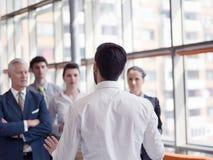 Επιχειρησιακός ηγέτης που παρουσιάζει και το 'brainstorming' Στοκ Εικόνες