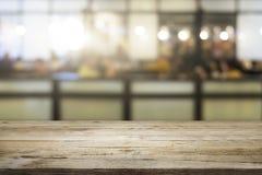 Επιχειρησιακός κενός ξύλινος πίνακας για το παρόν προϊόν στη καφετερία Στοκ φωτογραφίες με δικαίωμα ελεύθερης χρήσης