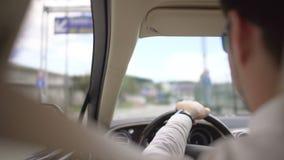 Επιχειρησιακός οδηγός που συμμορφώνεται με τους κανόνες ασφάλειας, οδηγώντας αυτοκίνητο πολυτέλειας με τη ζώνη ασφαλείας επάνω απόθεμα βίντεο
