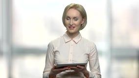 Επιχειρησιακός ομιλητής θηλυκών με την ταμπλέτα PC απόθεμα βίντεο