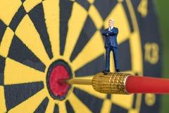 Επιχειρησιακός στόχος ή έννοια στόχων με μικροσκοπικό sta επιχειρηματιών Στοκ φωτογραφία με δικαίωμα ελεύθερης χρήσης