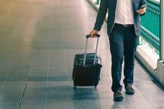 Επιχειρησιακός ταξιδιώτης που τραβά τη βαλίτσα στοκ φωτογραφίες με δικαίωμα ελεύθερης χρήσης