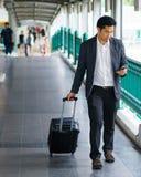 Επιχειρησιακός ταξιδιώτης που τραβά τη βαλίτσα στοκ εικόνα με δικαίωμα ελεύθερης χρήσης