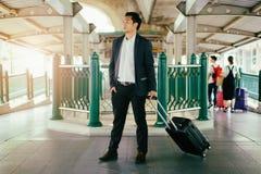 Επιχειρησιακός ταξιδιώτης που τραβά τη βαλίτσα στοκ εικόνες