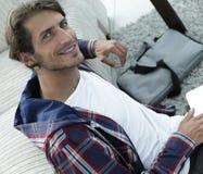 Επιχειρησιακός τύπος με τη συνεδρίαση lap-top στον τάπητα στο καθιστικό Στοκ Εικόνα