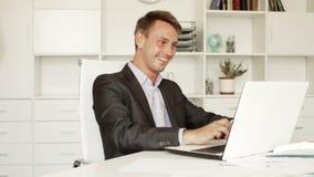 επιχειρησιακός υπάλληλος που εργάζεται στο σταθερό γραφείο απόθεμα βίντεο