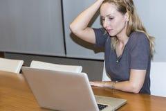 επιχειρησιακός υπολογιστής που χρησιμοποιεί τις νεολαίες γυναικών Στοκ φωτογραφίες με δικαίωμα ελεύθερης χρήσης