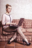 επιχειρησιακός υπολογιστής που χρησιμοποιεί τη γυναίκα Εγχώρια τεχνολογία Διαδικτύου αφηρημένος τρύγος δομών φωτογραφιών ανασκόπη Στοκ Φωτογραφία