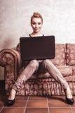 επιχειρησιακός υπολογιστής που χρησιμοποιεί τη γυναίκα Εγχώρια τεχνολογία Διαδικτύου αφηρημένος τρύγος δομών φωτογραφιών ανασκόπη Στοκ εικόνες με δικαίωμα ελεύθερης χρήσης