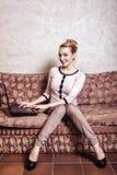 επιχειρησιακός υπολογιστής που χρησιμοποιεί τη γυναίκα Εγχώρια τεχνολογία Διαδικτύου αφηρημένος τρύγος δομών φωτογραφιών ανασκόπη Στοκ φωτογραφίες με δικαίωμα ελεύθερης χρήσης