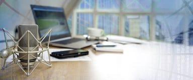 Επιχειρησιακός χώρος εργασίας για τη διεθνή δημοσιογραφία με το μικρόφωνο Στοκ εικόνα με δικαίωμα ελεύθερης χρήσης