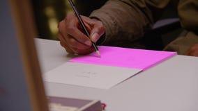 Επιχειρησιακό άτομο αφροαμερικάνων που γράφει με το μολύβι απόθεμα βίντεο