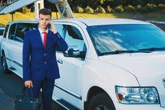 Επιχειρησιακό άτομο κοντά στο αυτοκίνητο Στοκ Φωτογραφία