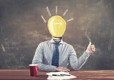 Επιχειρησιακό άτομο με ένα lightbulb στοκ εικόνες με δικαίωμα ελεύθερης χρήσης