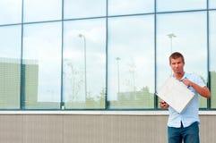 Επιχειρησιακό άτομο με την περίπτωση μετάλλων μπροστά από το σύγχρονο επιχειρησιακό κτήριο Στοκ εικόνες με δικαίωμα ελεύθερης χρήσης